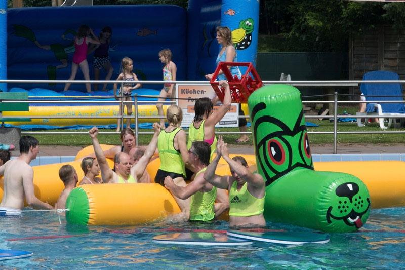 Schwimmbadfest mit lustigem Wettkampf